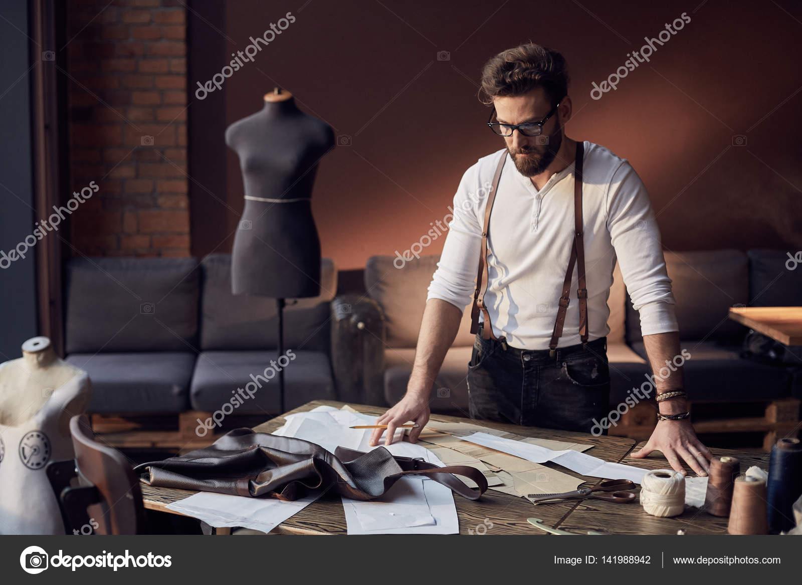 molte scelte di tecnologie sofisticate compra meglio Carina su misura uomo con barba e occhiali in camicia bianca ...