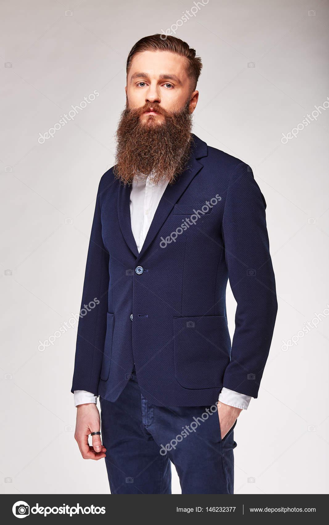 hot sale online a9c3c c1e6b Giovane che propone nello studio in giacca alla moda blu ...
