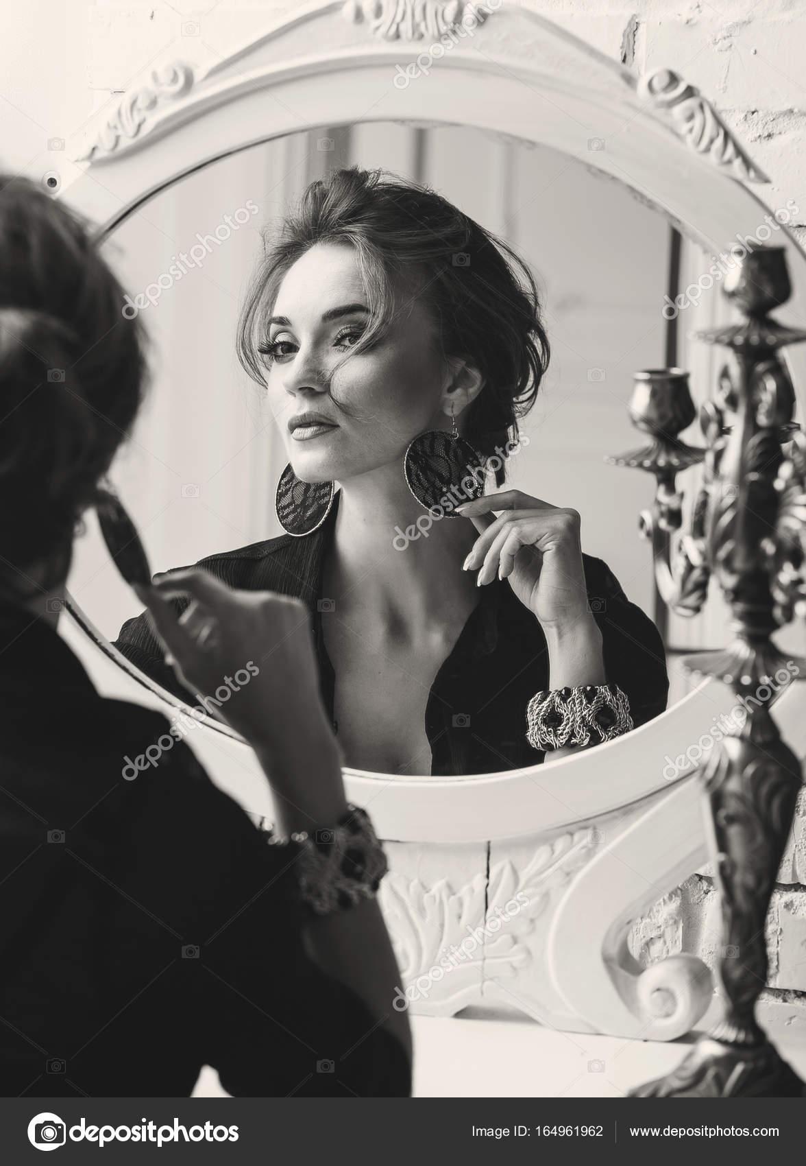 miroir et femme sérieuse de portrait luxe siégeant jeune assez porte maquillage élégante avec Closeup haut beau avec clair jupe le noir en chambre de 6xgqfwn