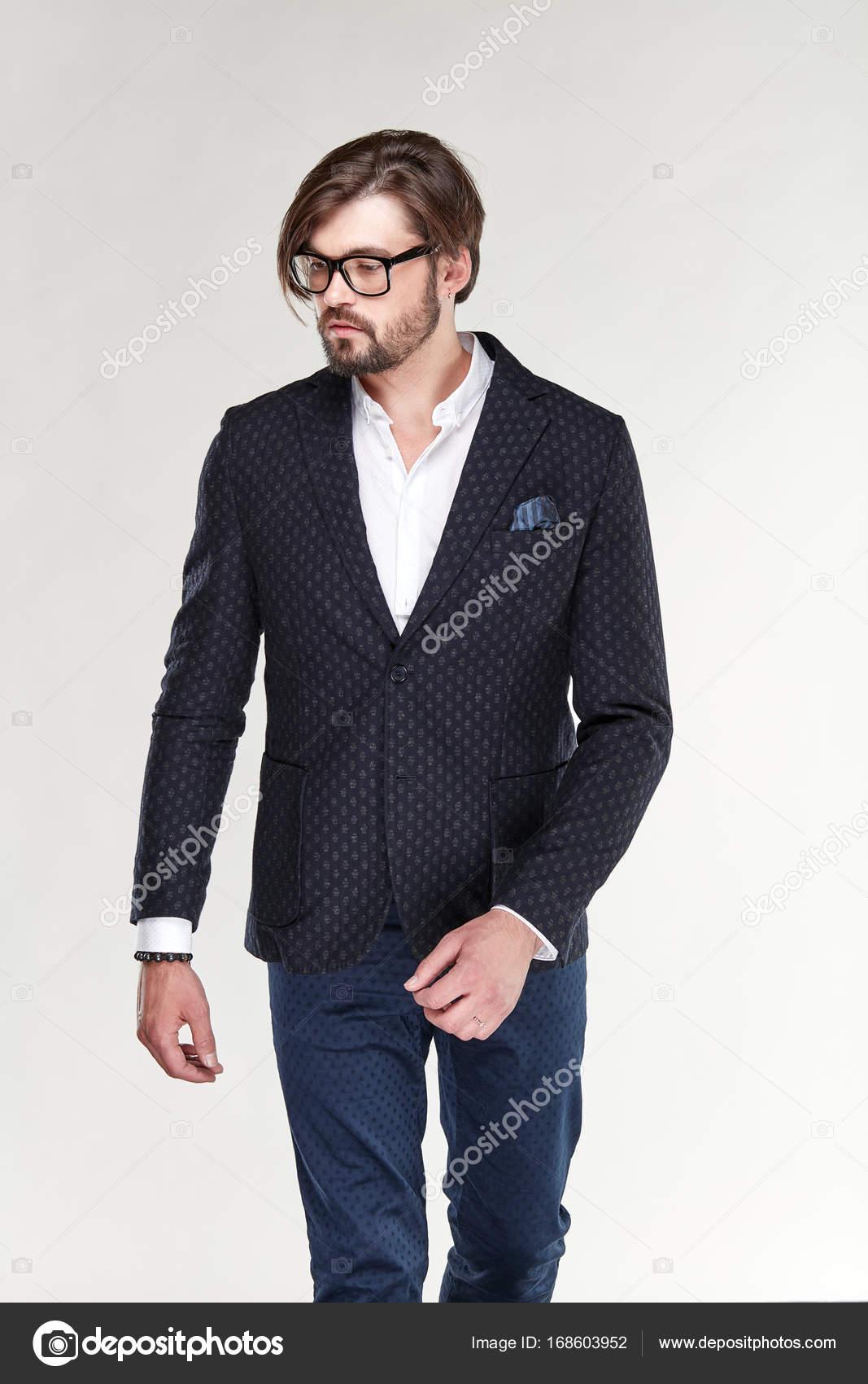 e981ddad03 Modello di giovane uomo serio sexy attraente con la barba e occhiali ...