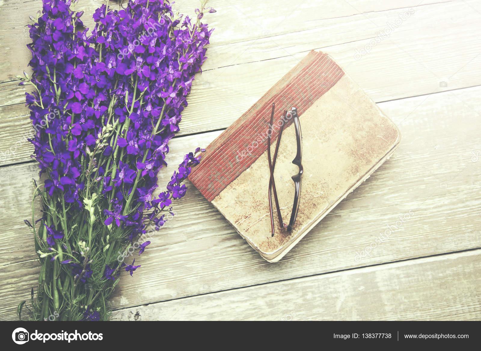 libro y flores de color púrpura — Foto de stock © Tiko0305 #138377738