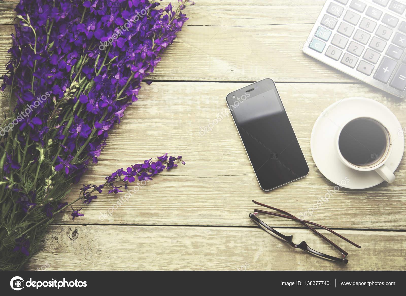 Set Da Scrivania Viola : Fiori viola sulla scrivania in ufficio u foto stock tiko