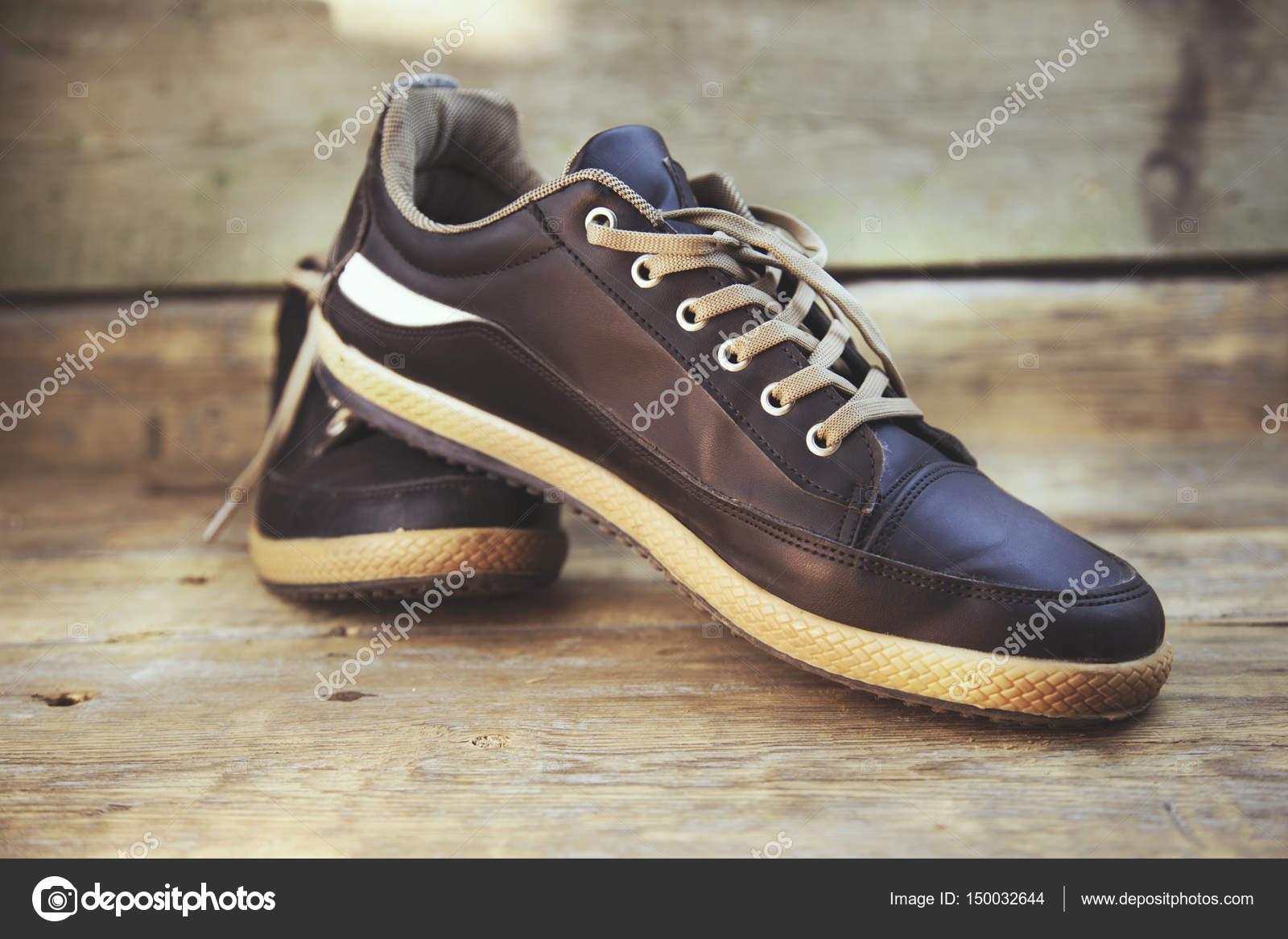fbcead205b4 άνθρωπος αθλητικά παπούτσια — Φωτογραφία Αρχείου © Tiko0305 #150032644