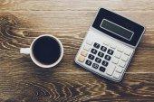 Kalkulačka a kávu na stůl