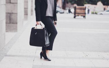 woman walking in the city.