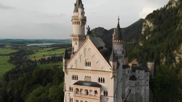 Videoaufnahmen von der Drohne eines mittelalterlichen Schlosses an einem sonnigen Tag vor der Kulisse grüner Wälder und Felder im Norden Deutschlands, Neuschwanstein in Bayern und in Liechtenstein