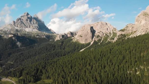 střílející z bezpilotního pohledu na Alpy na severu Itálie šedozelené jezero sněžné losy, tající ledovec, zatažená obloha. Léto v Itálii, zelené lesy.