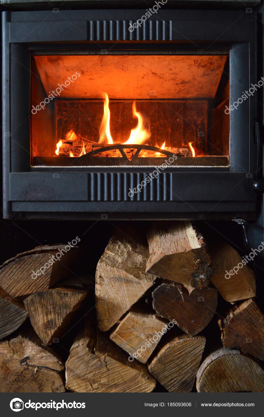 Ein Kamin Oder Holz Herd In Einem Wohnzimmer In Aktion, Für Die Heizung.  Mit Brennholz U2014 Foto Von Jpr03