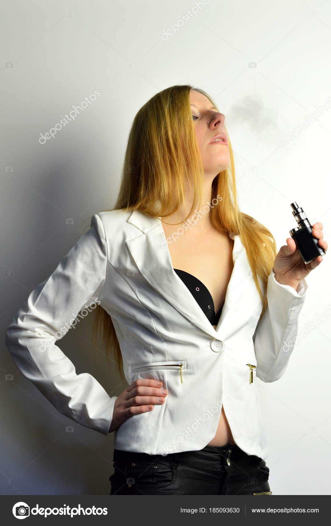 Blondýna smyslné kouření