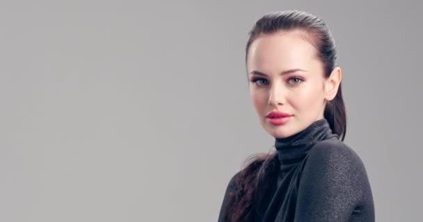 Krásná žena s čistou pletí obličeje. Dospělá běloška se stará o pleť. Krásná brunetka. Zpomalené záběry. Kosmetická léčba. Krásná tvář mladého modelky. Model pózující na kameru