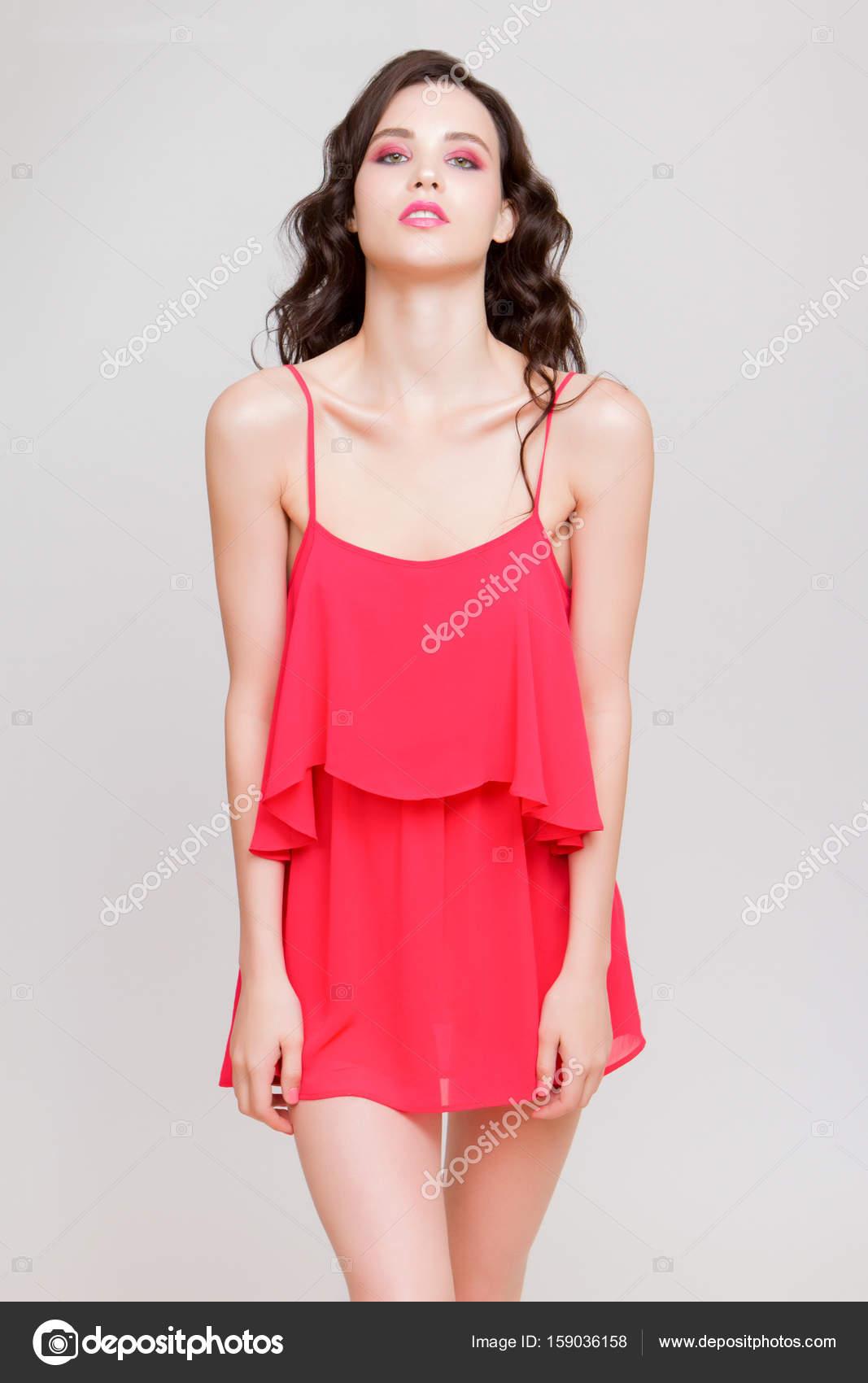 2f950f9d28ba Happy krásná mladá žena v Růžové mini šaty pózuje na boku a při pohledu —  Fotografie od ...