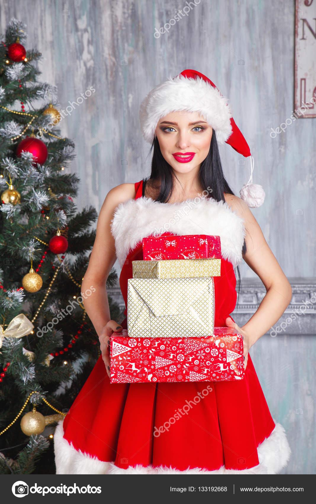 schöne sexy Mädchen Santa Claus Kleidung zu tragen. Lächelnde Frau ...