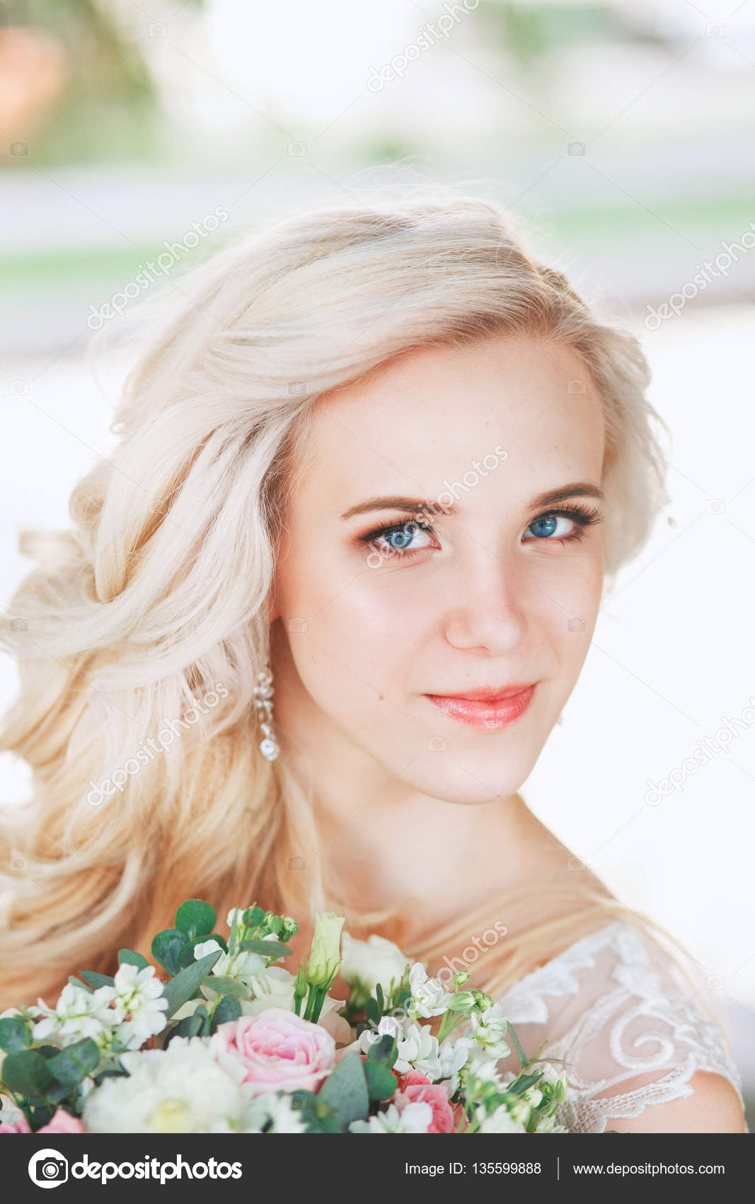 ff445e2cb4e2ea Красива наречена портрет Весільний макіяж і зачіску, блондинка дівчинка в  моделі ювелірні вироби мода нареченої чудовий краси, посміхаючись щаслива  наречена ...