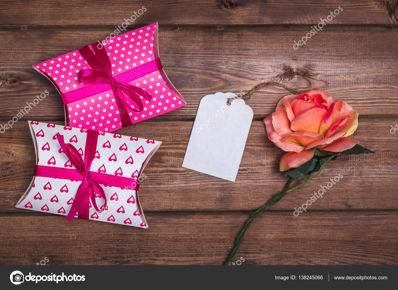 Cadeaux et chèques cadeaux sur le bureau en bois de rose. boîtes