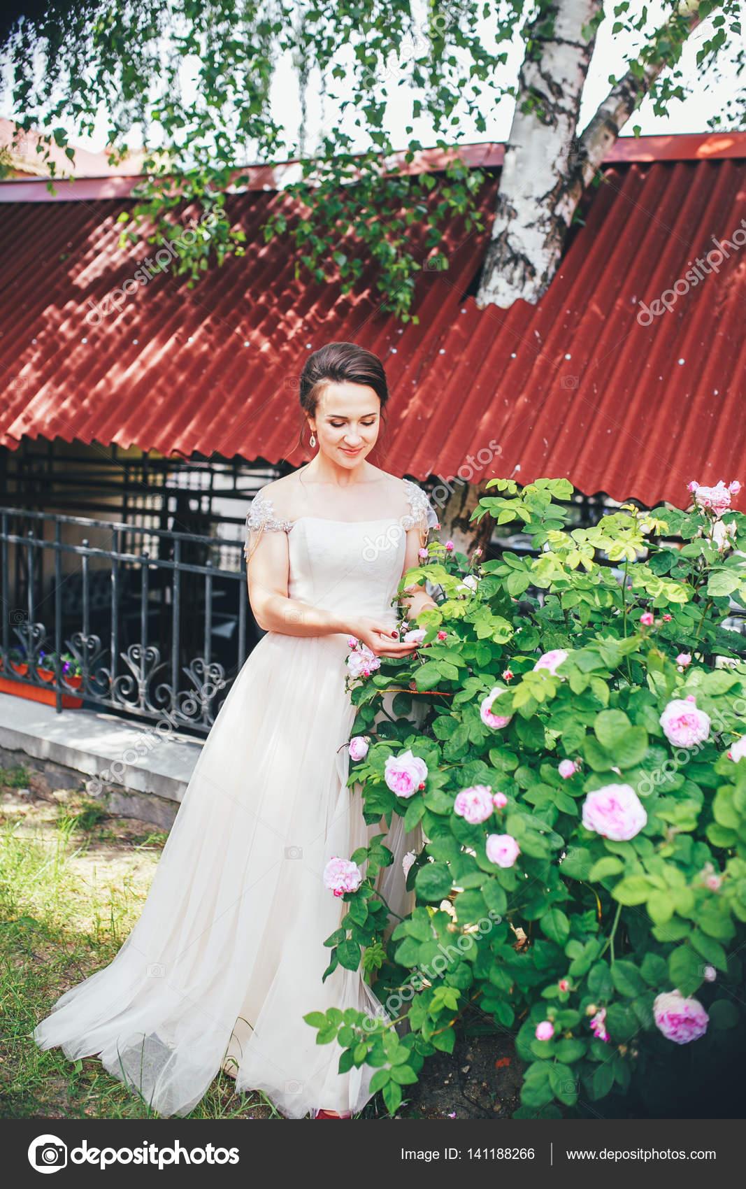 Wunderschöne stilvolle Braut in Vintage weißen Kleid im Park ...