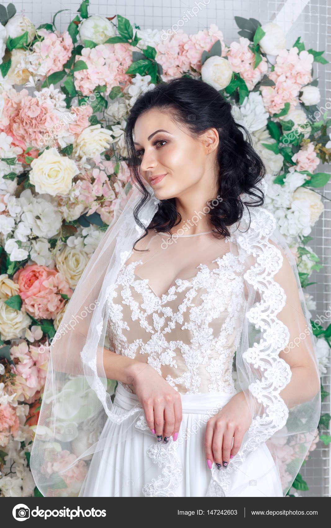 Porträt einer schönen Mode Braut, süß und sinnlich auf Blumen ...