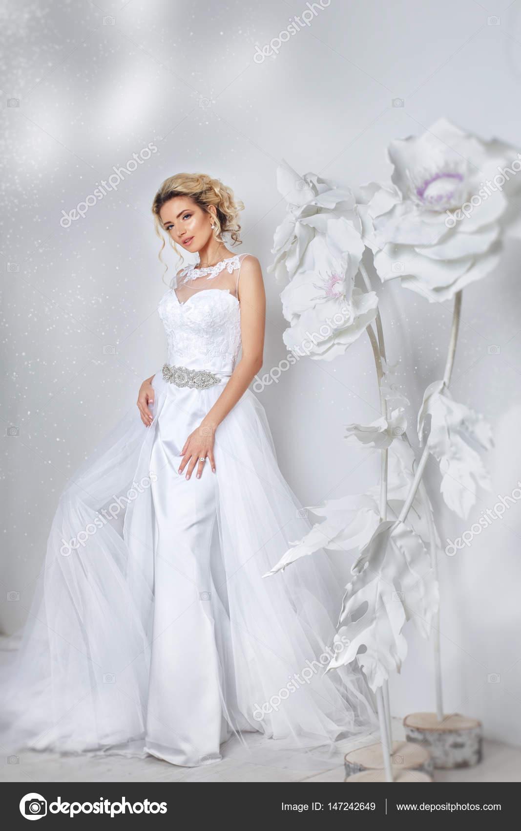 Schöne Braut posiert in Brautkleid in einem weißen Foto Studio ...