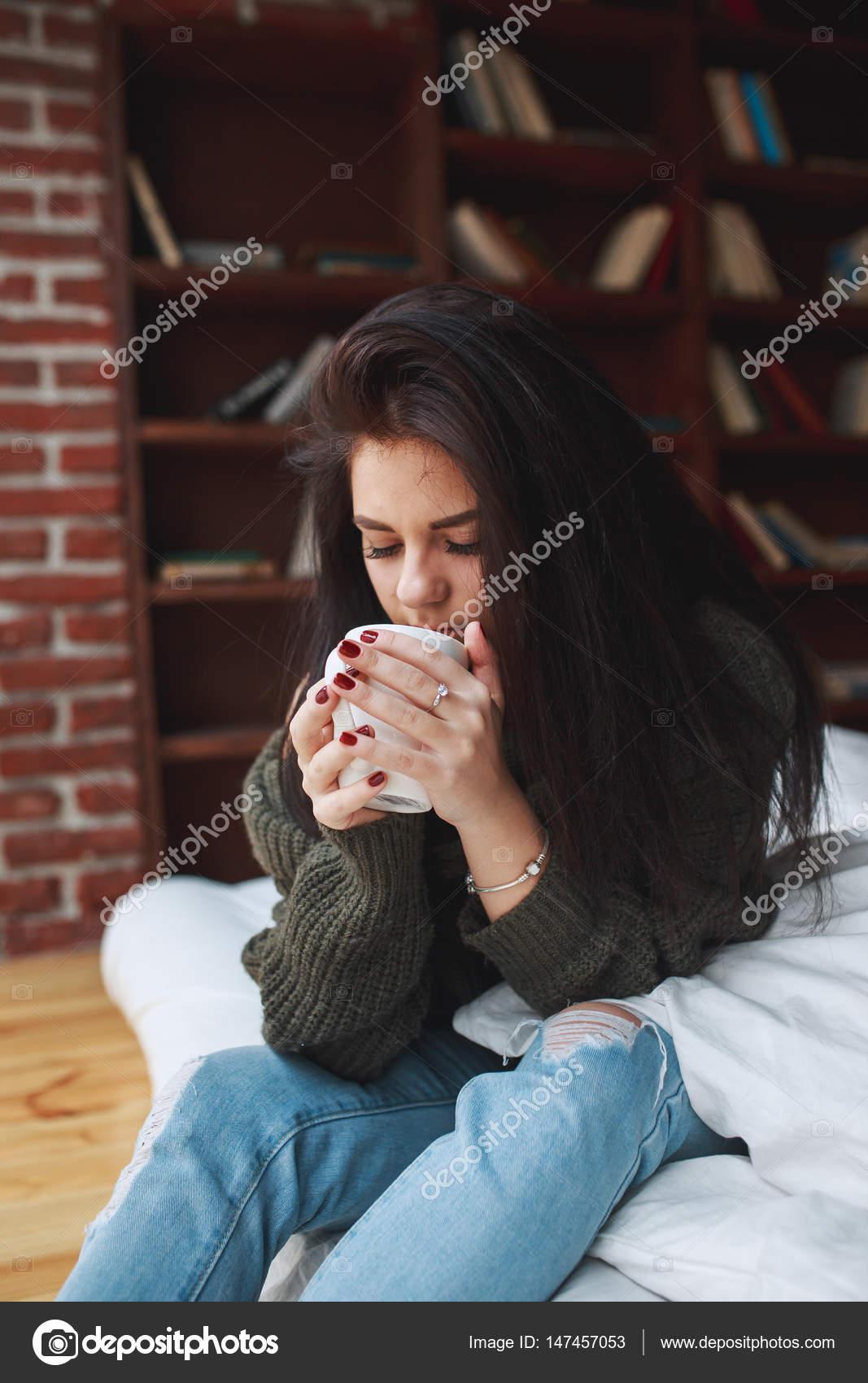 Красивая девушка брюнетка фото в домашних условиях