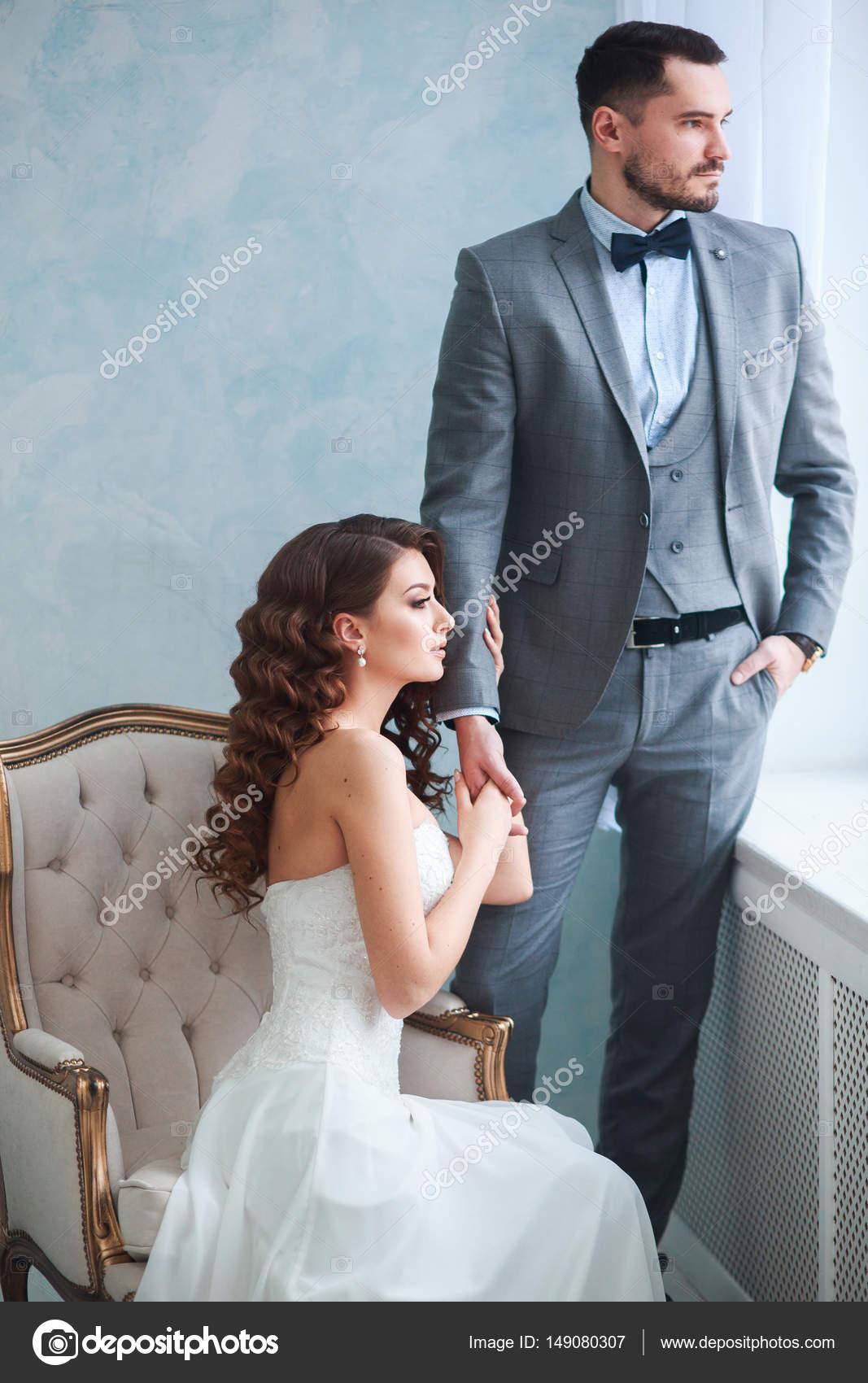 Eine Frau hält einen mans Hand. Braut im Kleid und der Bräutigam ...