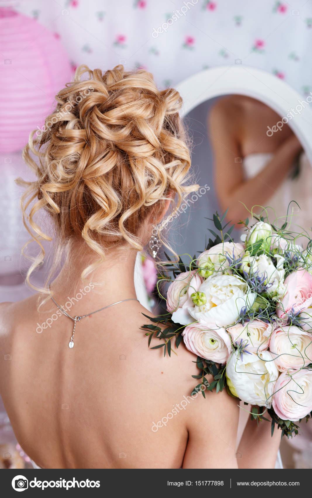f357b6c4cce0f7 Красива наречена з мода весільні зачіски. Переглянути зачіска назад– стокове  зображення