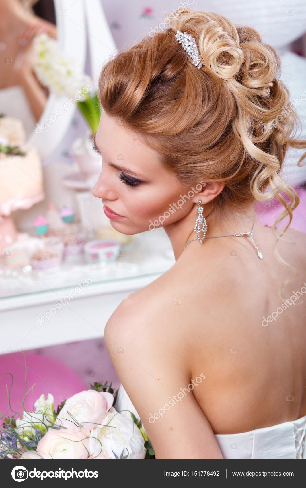Piękna Panna Młoda Z Fryzura ślubna Moda Fryzurę Powrotem Zobacz