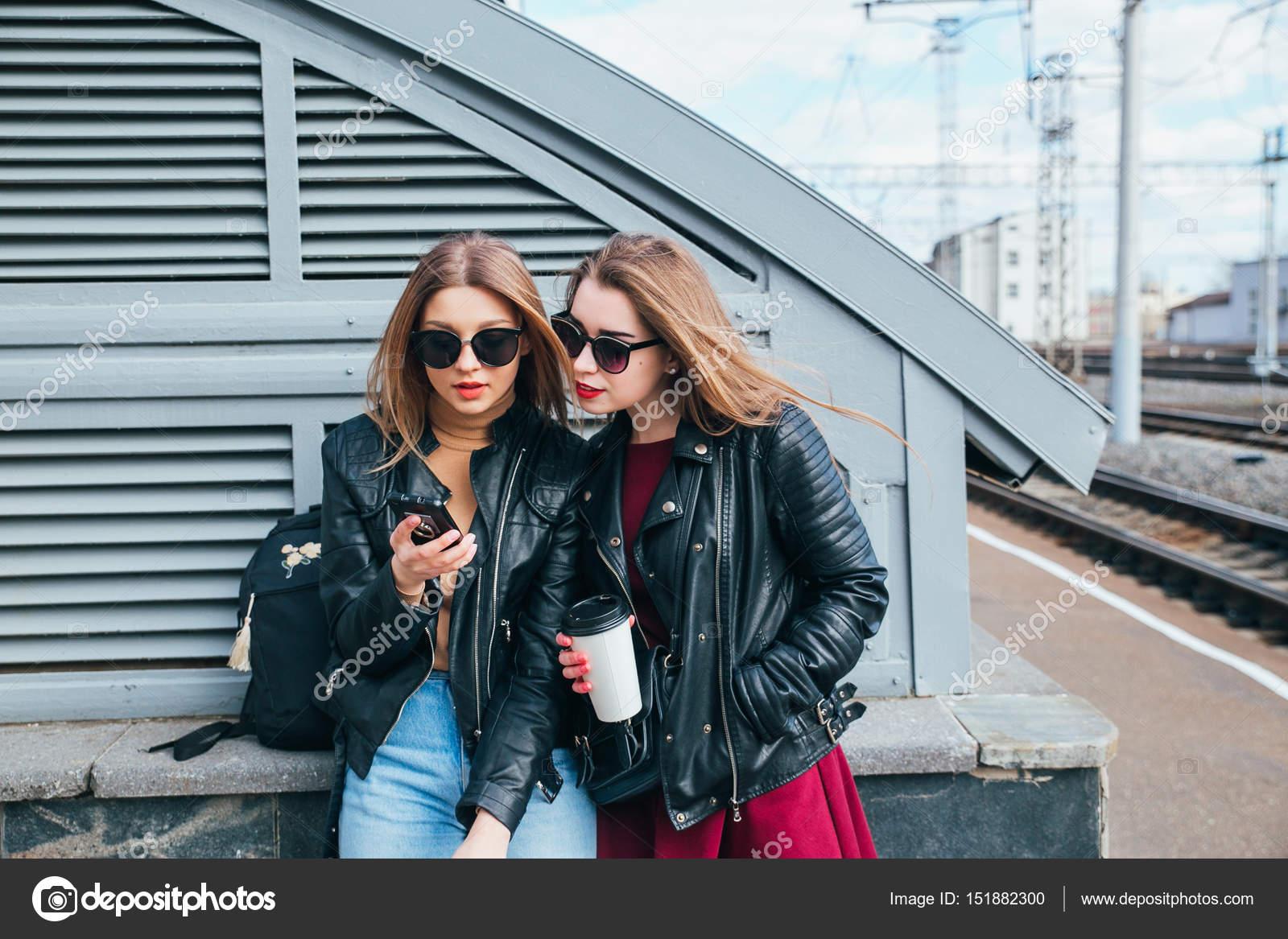 967714ecef Zwei Frauen sprechen im City.Outdoor Lifestyle Portrait der zwei besten  Freunde Hipster Mädchen tragen modische Lederjacke und Sonnenbrille, ...