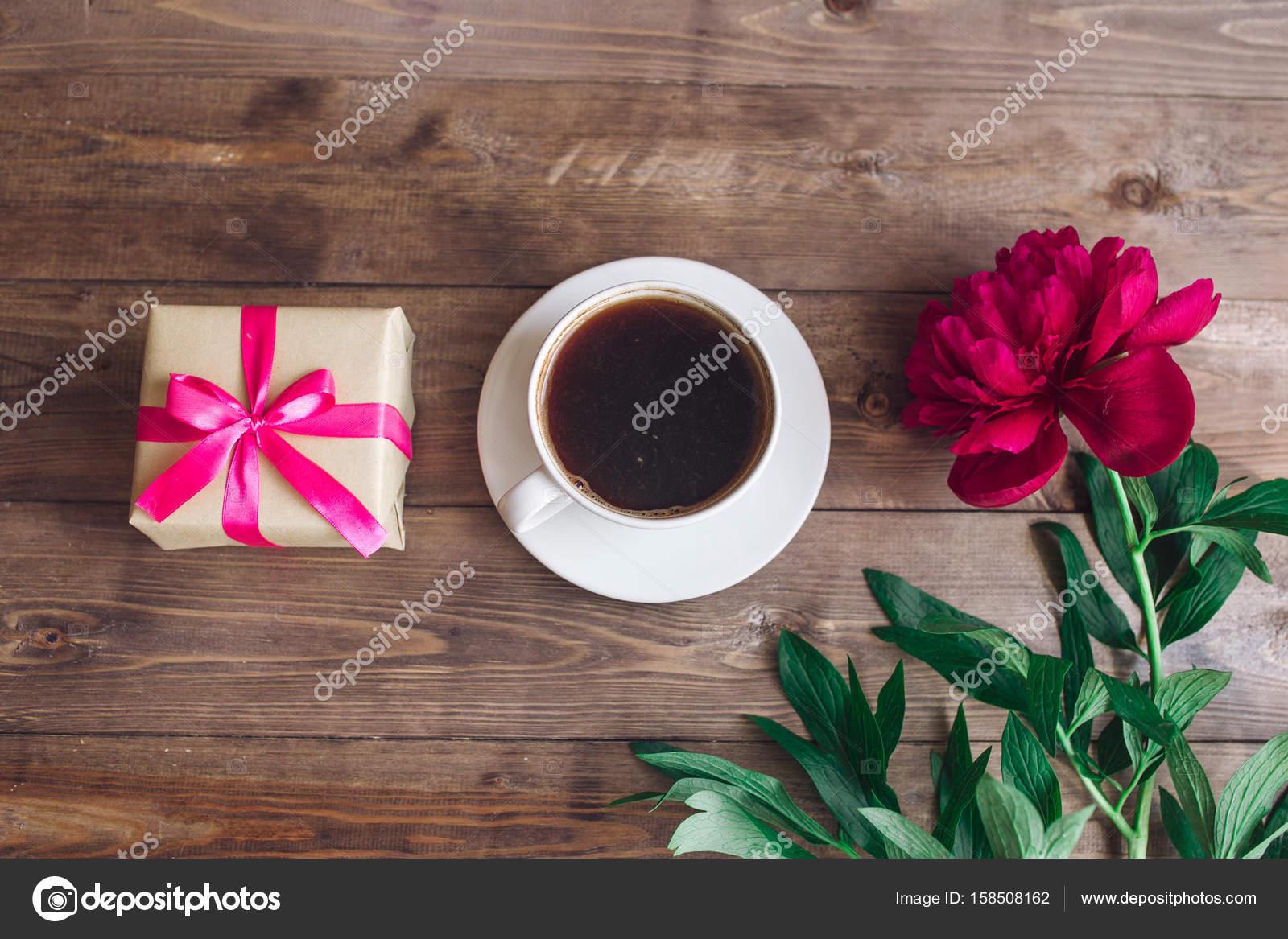 Eine Tasse Kaffee Rosa Pfingstrosen Muster Und Geschenk Box