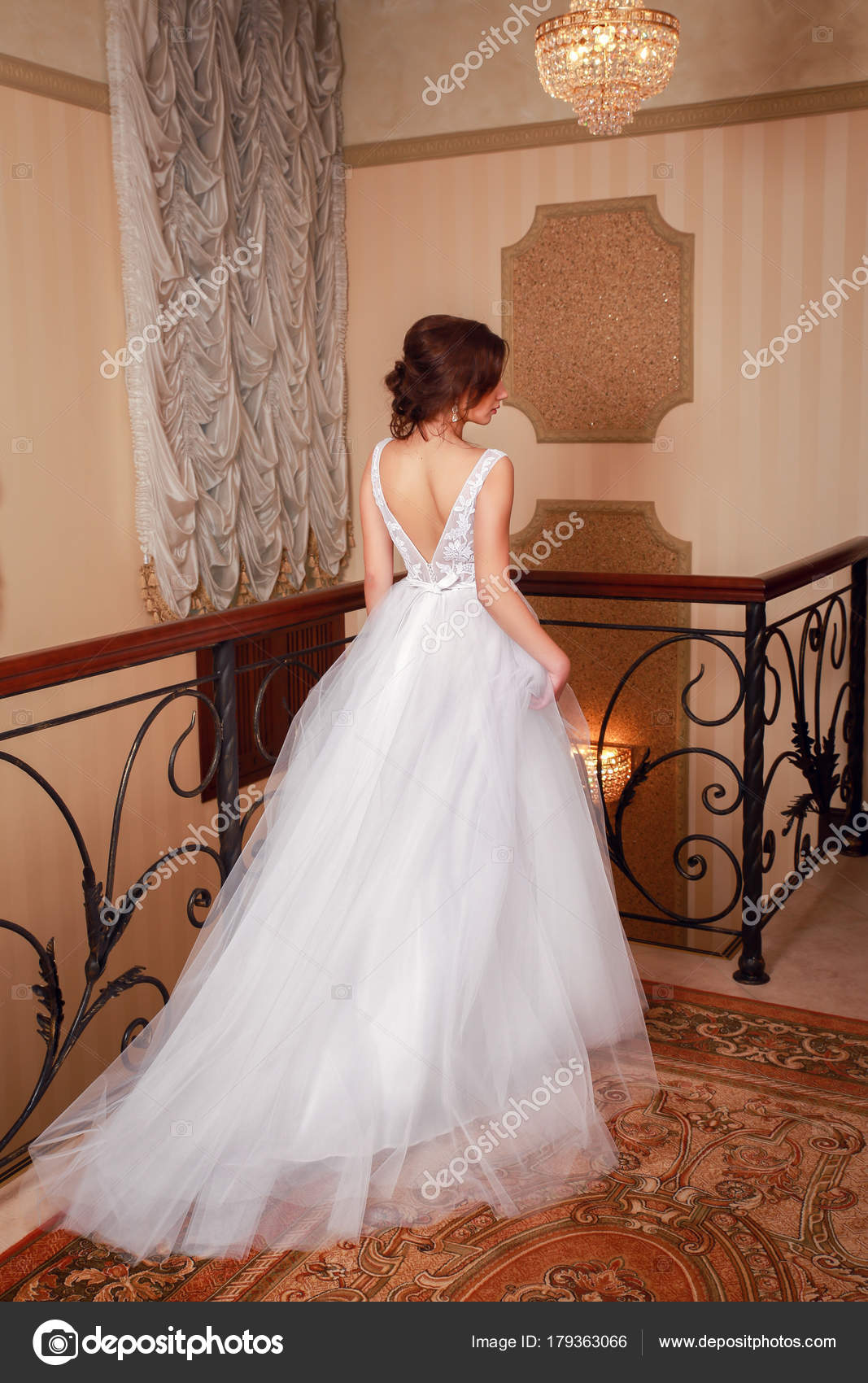 Schöne Brautkleid. Braut im Hochzeitskleid in einem Luxus-Apartment ...