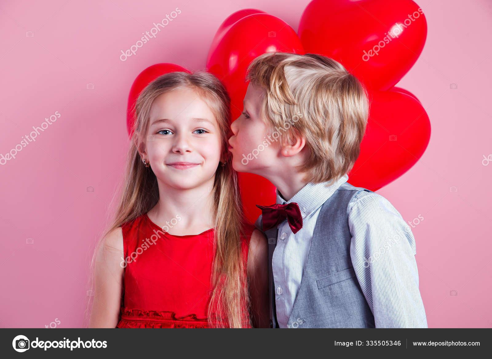 Deux enfants heureux jouant avec des citrouilles à l