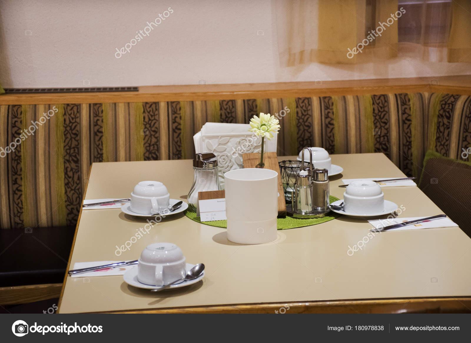 Comedores accesorios para comen en mesa de comedor en restaurante ...