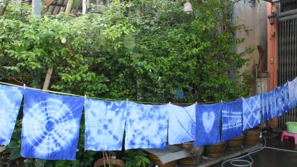 Thai nők nyakkendő batik festés nyakkendő batikolt indigó vagy színes mauhom és függő folyamat száraz ruhát a nap kert szabadtéri, Nonthaburi, Thaiföld