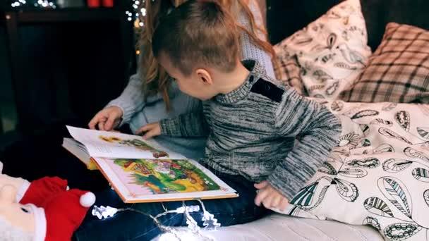 anya és kis fiú egy könyvet olvas