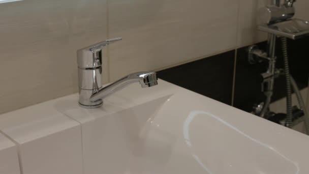 A csaptelep egészségügyi kezelése a fürdőszobában fertőtlenítőszerrel vírusokkal és kórokozókkal szemben