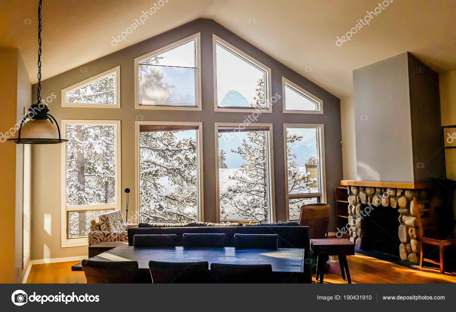 Soggiorno con ampi finestroni tipici stile di montagna in Canada ...