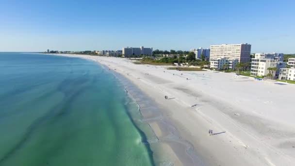 Volare sopra la spiaggia a Siesta Key, Florida