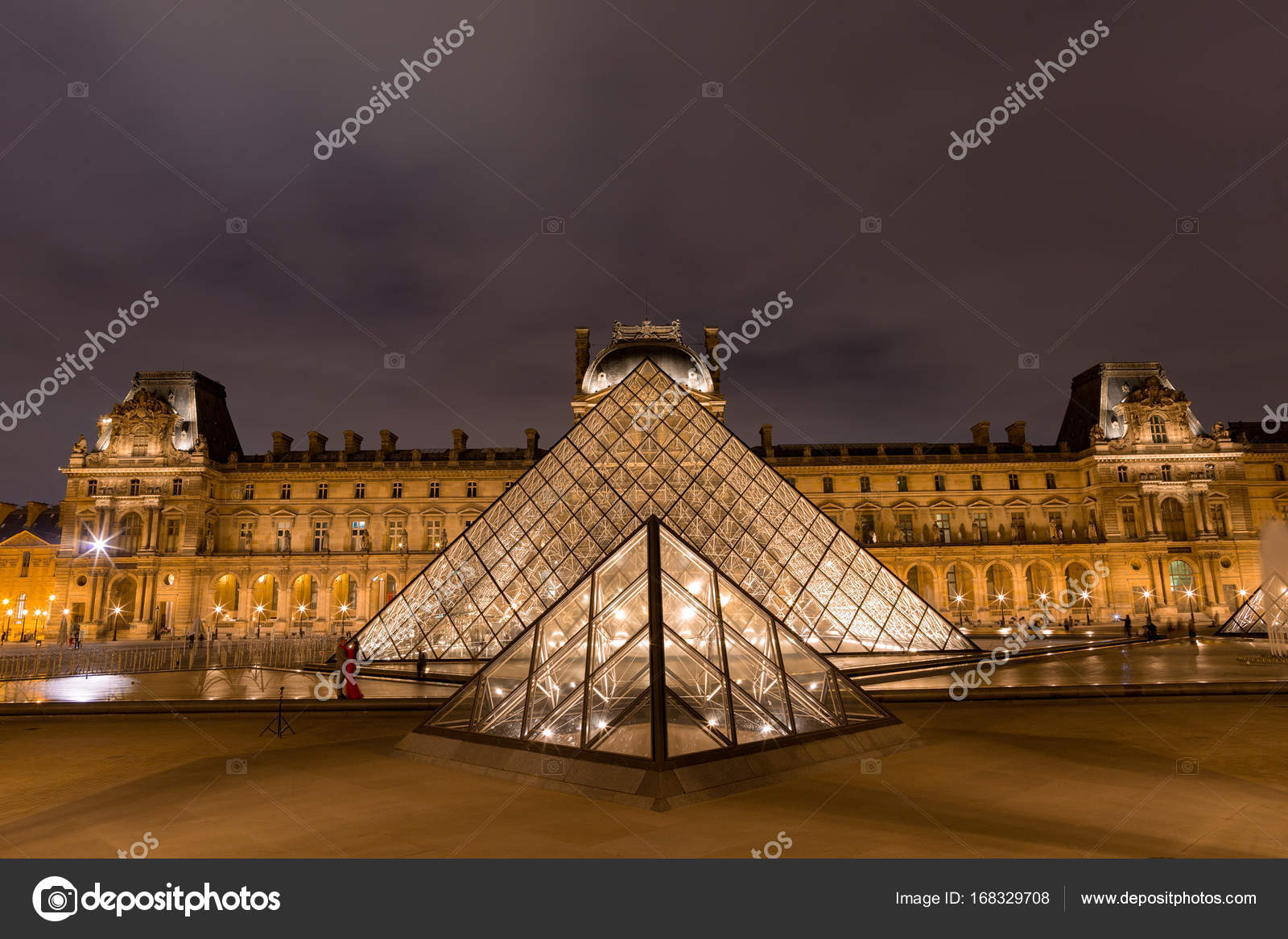 mus e du louvre avec la pyramide dans le cr puscule photo ditoriale aiisha 168329708. Black Bedroom Furniture Sets. Home Design Ideas