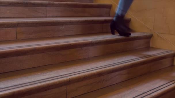 Lidí, kteří jdou po schodech nahoru a dolů