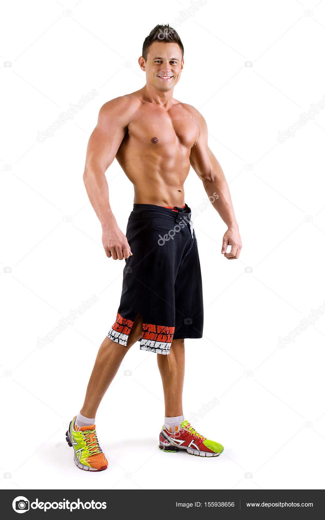 Hübscher gesunder junger Mann mit muskulösen Oberkörper posiert ...