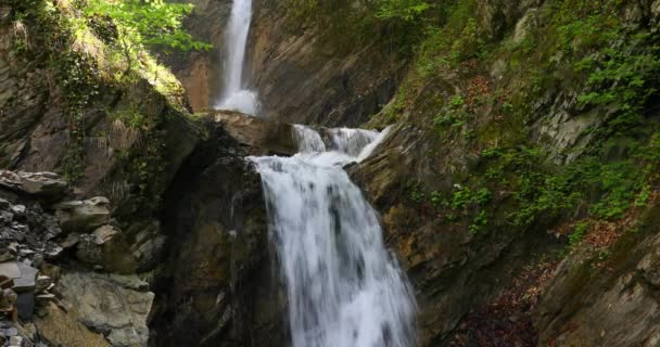 Trojstupňový vodopád na jaře v horách