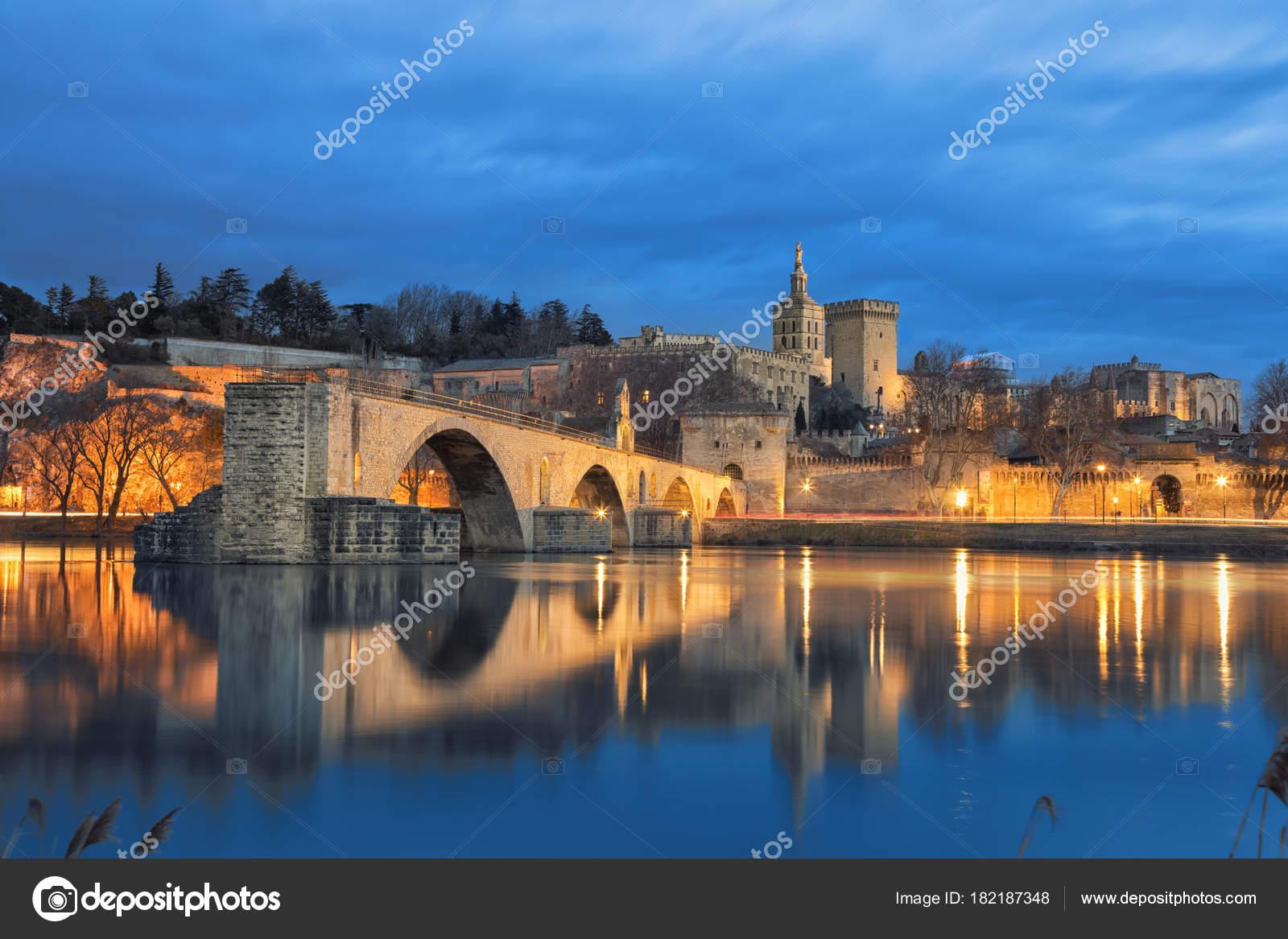 Orizzonte di ponte e la città vecchia al crepuscolo a Avignone ...