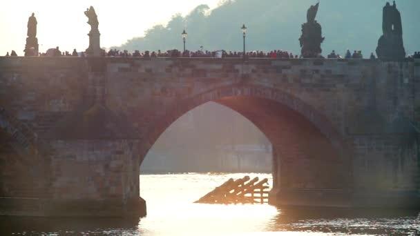 Blízko starého mostu. Lidé chodí po mostě.