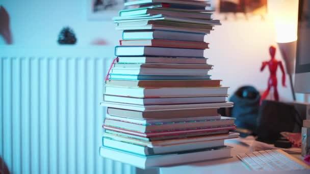 hromada knih leží na stole v kanceláři