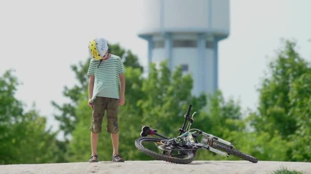 Radler knetet sich vor Mountainbike den Hals