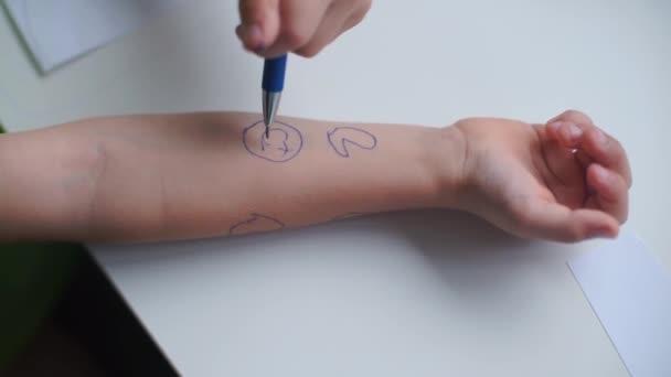 A fiú baba tetoválásokat csinál..