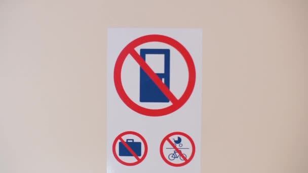 Verbotsschilder an der Tür des öffentlichen Nahverkehrs.