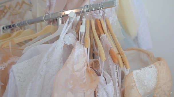 Kozáky s oblečením v obchodě
