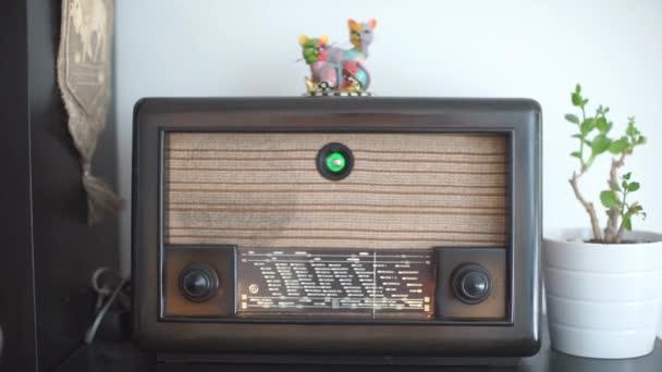 egy régi rádió előlapja, régi rádiók gyűjteménye