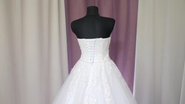 felkészülés az esküvőre, az esküvői ruha van öltözve egy fekete próbababa