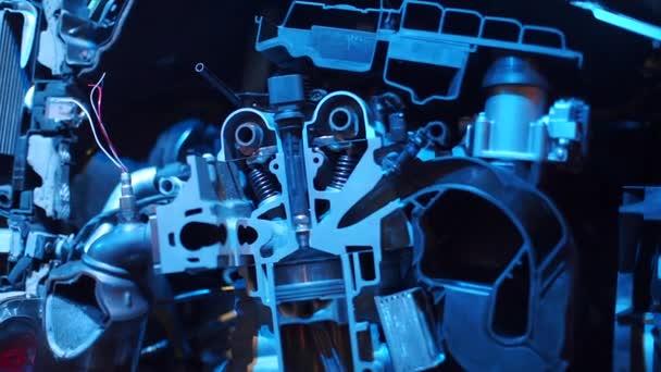 A belső égésű motor vágási szakaszának közelsége kék fényben.