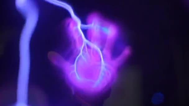 Kinderhand zieht Elektriker an